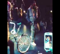 Kurupt (Tha Dogg Pound) doing the C-Walk at The Game Concert 2013 - Crip Walk